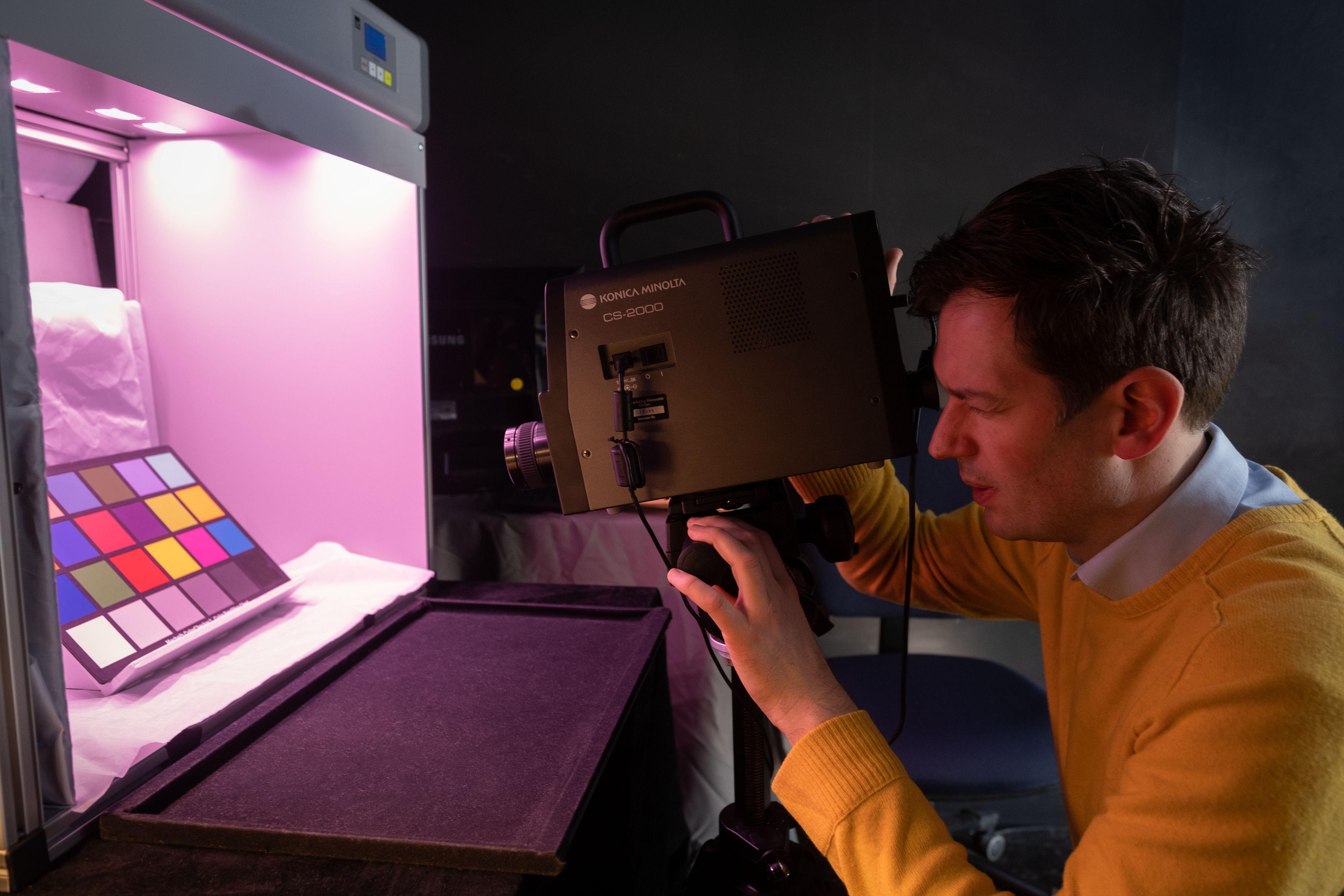 Dr. Christoph Witzel vom Institut für Allgemeine Psychologie untersucht die Farbwahrnehmung; hier im Farblabor des Instituts. Foto: JLU / Rolf K. Wegst